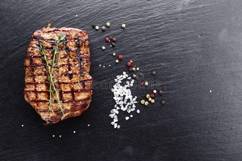 Bife cozinhado com temperos e molhos imagens de stock royalty free
