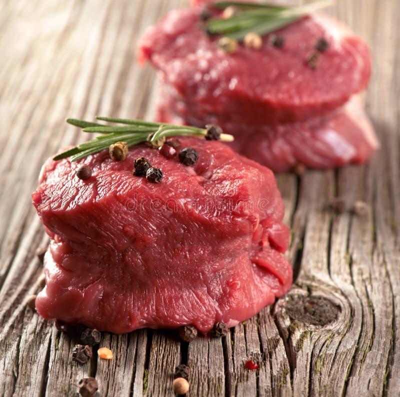 Bife cru com pimenta fotos de stock