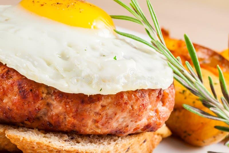 Bife da carne com ovo fritado imagem de stock royalty free