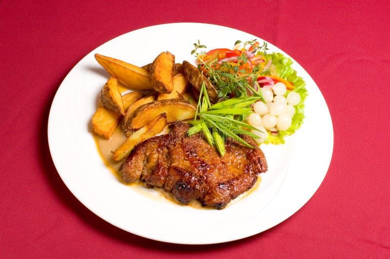 Bife da carne de porco com batatas cozidas foto de stock royalty free