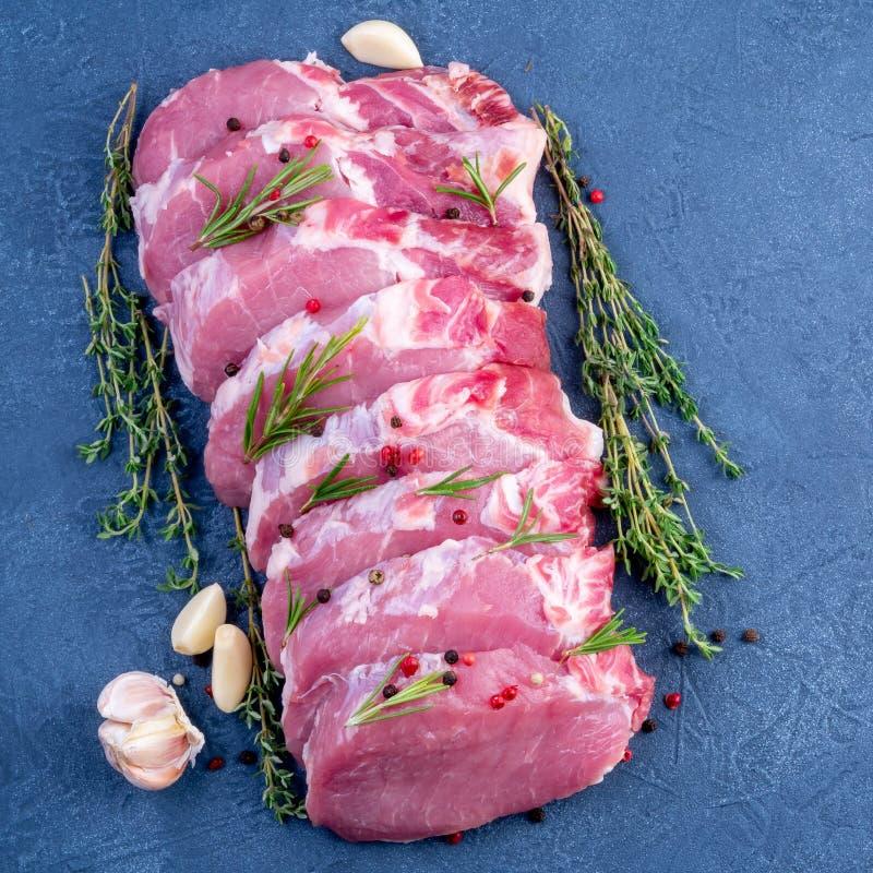 Bife da carne de porco, faixa crua do carbonato no fundo escuro, carne com r imagens de stock