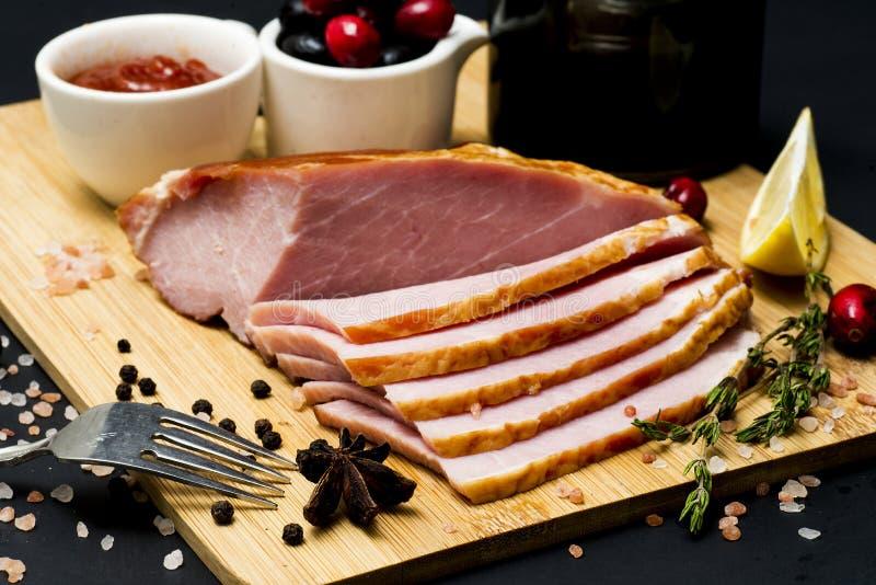 Bife da carne de porco, faixa do carbonato no fundo escuro fotografia de stock