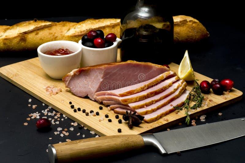 Bife da carne de porco, faixa do carbonato no fundo escuro imagem de stock