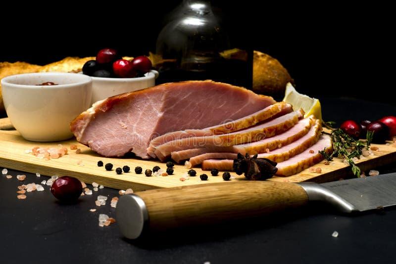 Bife da carne de porco, faixa do carbonato no fundo escuro fotos de stock