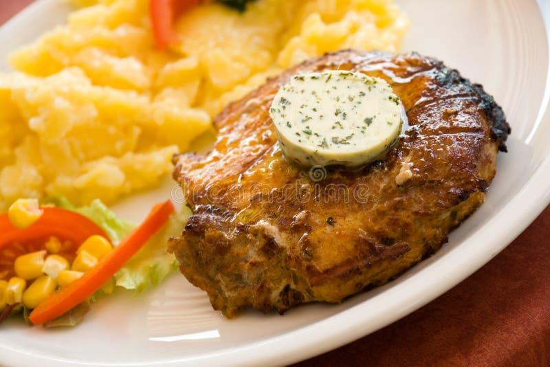 Bife da carne de porco, grelhar-com a salada das batatas imagens de stock royalty free