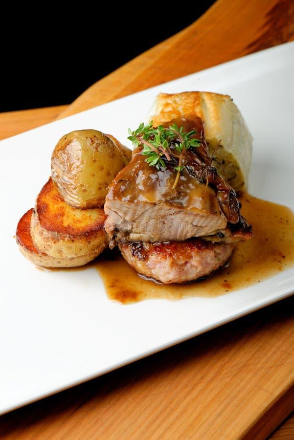 Bife da carne do veado com batata imagens de stock