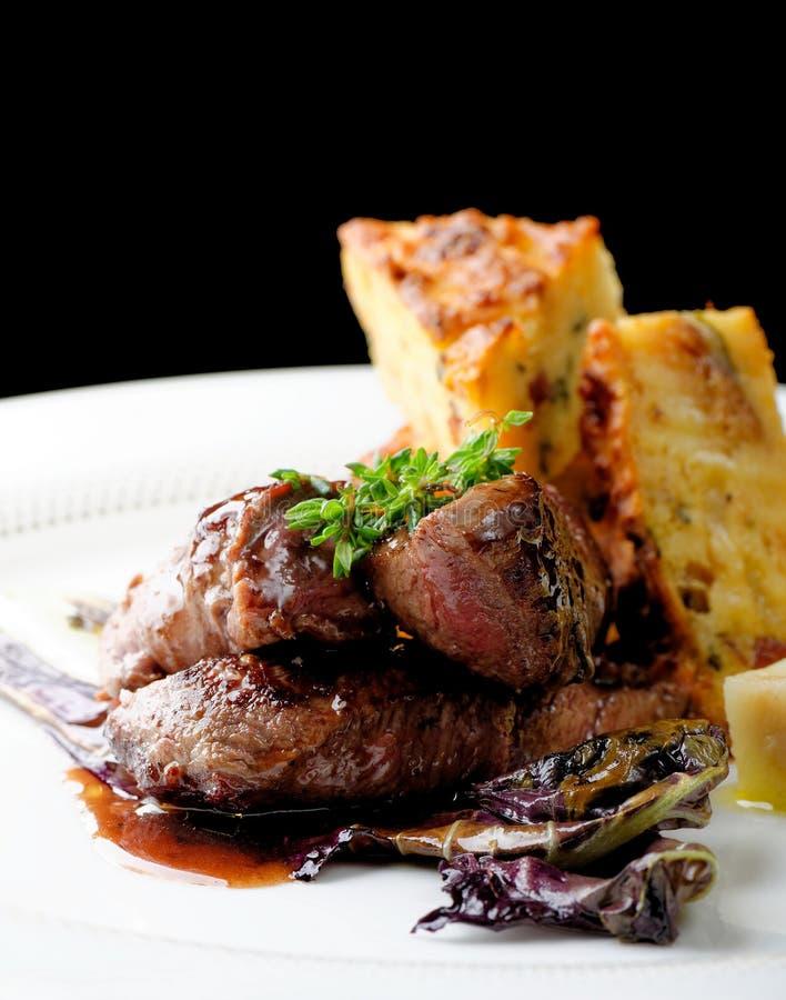 Bife da carne do veado com batata fotos de stock royalty free