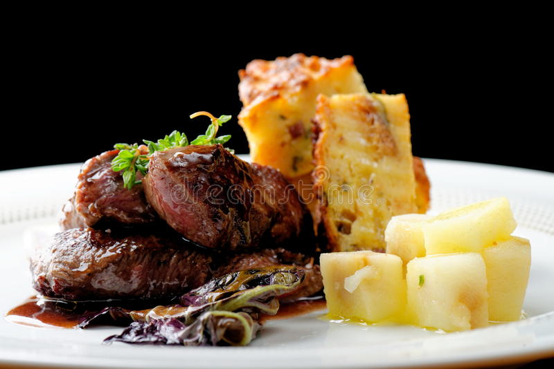 Bife da carne do veado com batata fotografia de stock royalty free