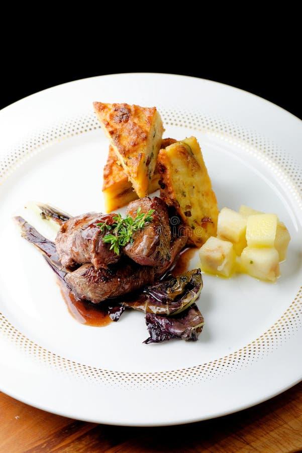 Bife da carne do veado com batata foto de stock