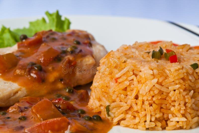 Bife da galinha com arroz despedido fotografia de stock