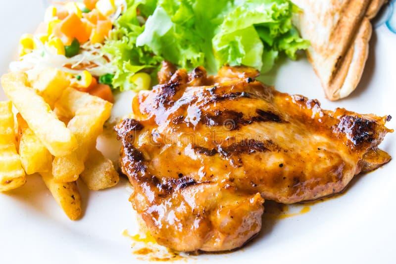 Bife da galinha com vegetais foto de stock