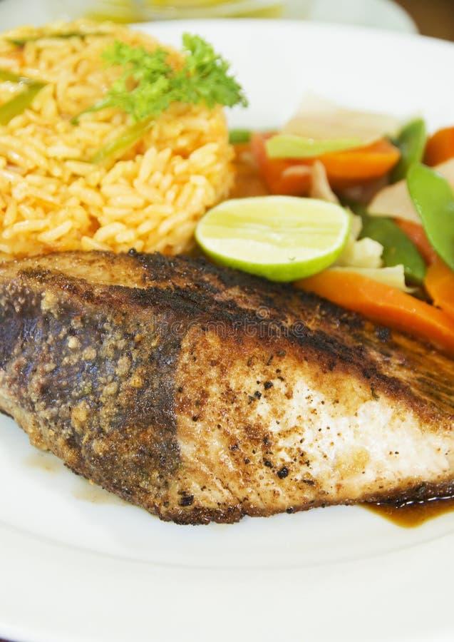 Bife de atum do atum amarelo com arroz dos vegetais imagens de stock
