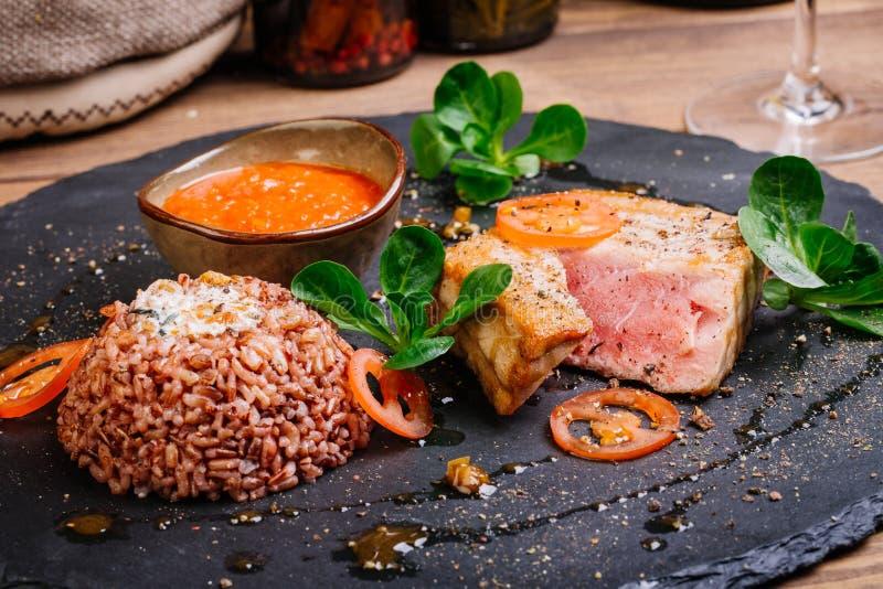 Bife de atum grelhado e servido com arroz imagens de stock royalty free