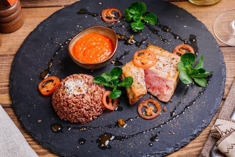 Bife de atum grelhado e servido com arroz imagens de stock