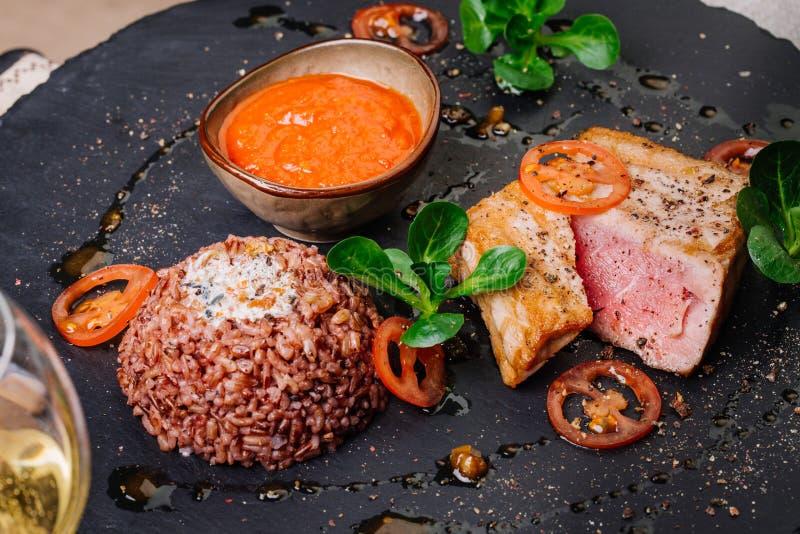 Bife de atum grelhado e servido com arroz imagem de stock royalty free