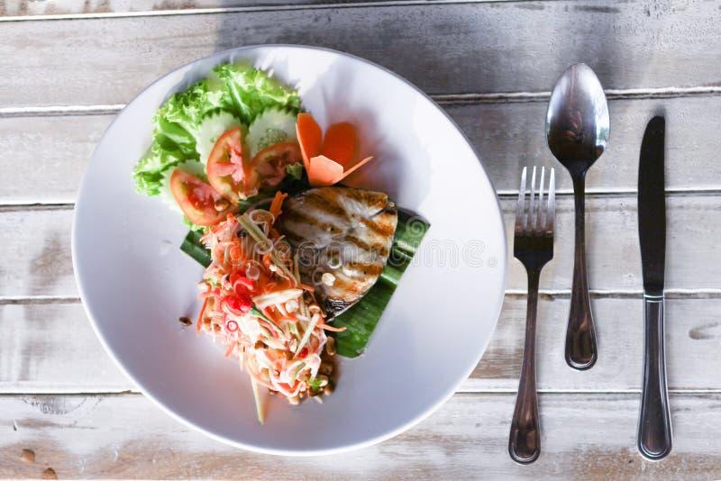 Bife de Baracuda com molho e salada fotos de stock