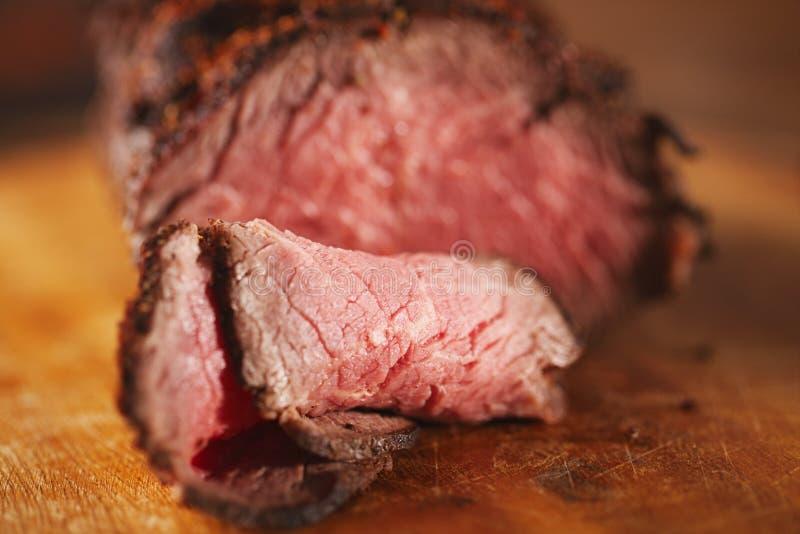 Bife de carne assada, vide perfeitamente sous cozinhado e grelhado imagens de stock royalty free