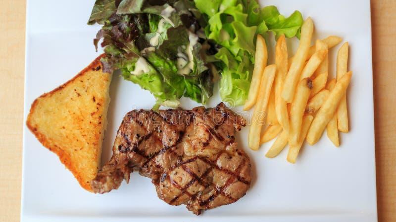 Bife de carne com fritadas francesas fotografia de stock