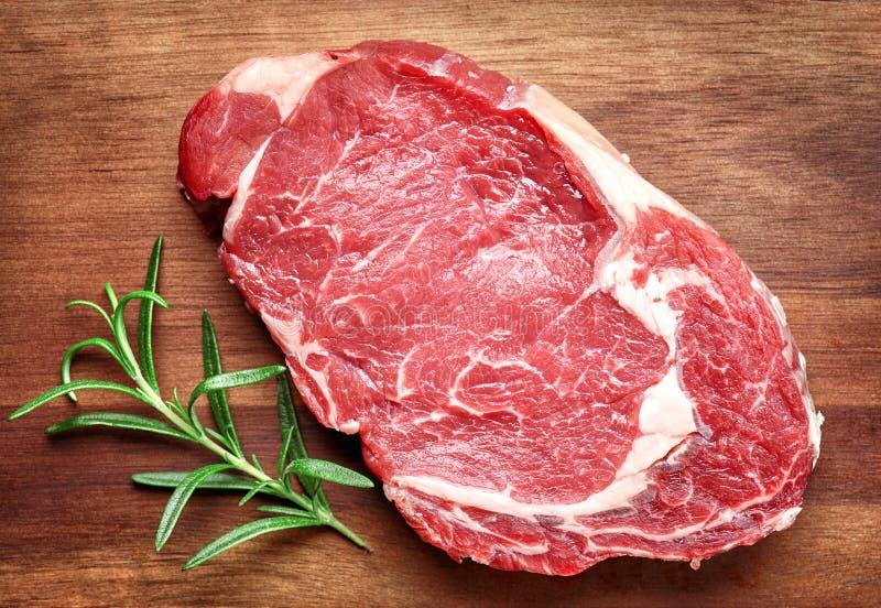 Bife de carne cru imagens de stock