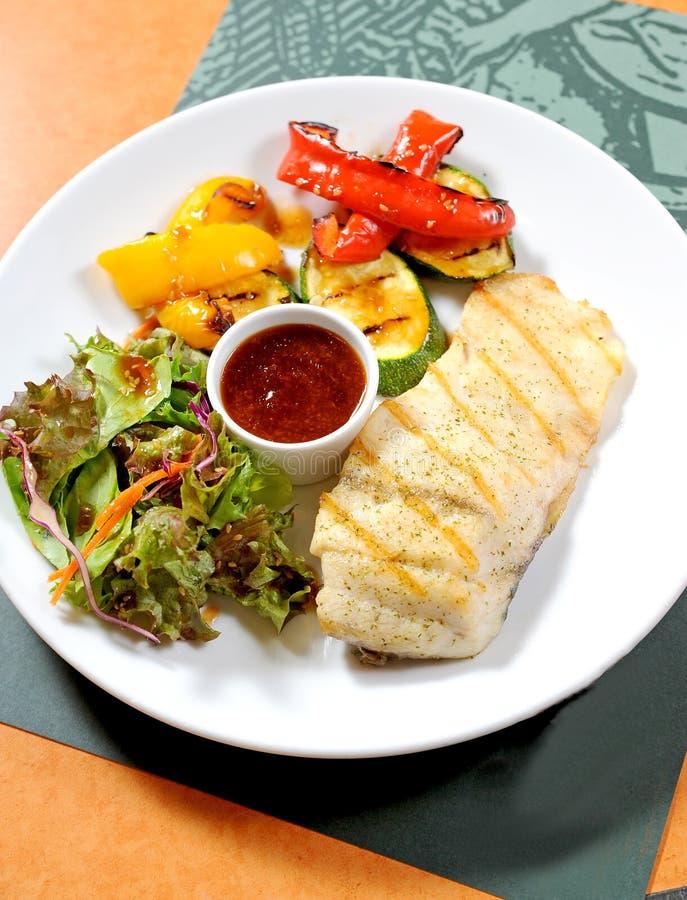 Bife de peixes com vegetais fotografia de stock royalty free