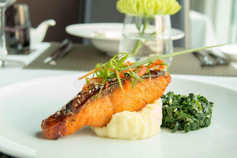 Bife de salmões e batatas de erva-benta grelhados deliciosos imagem de stock royalty free