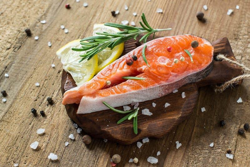 Bife de salmões e de ingredientes frescos crus para cozinhar fotografia de stock