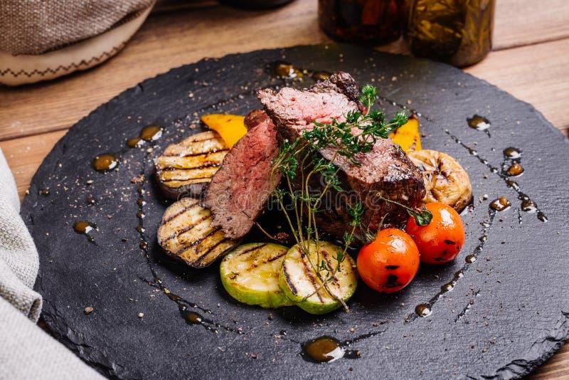 Bife de traseiro suculento da carne de raro médio da carne de mármore com especiarias a imagens de stock royalty free