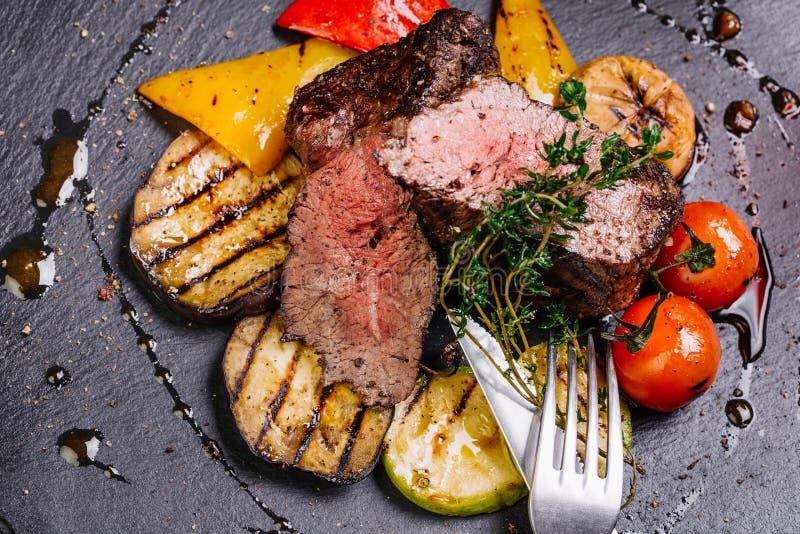 Bife de traseiro suculento da carne de raro médio da carne de mármore com especiarias a foto de stock royalty free