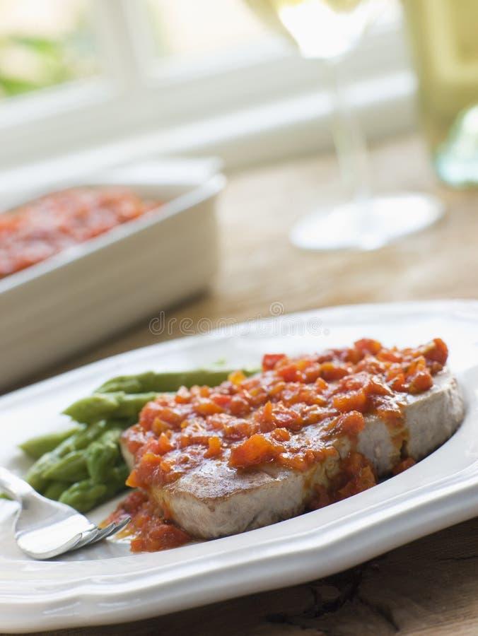 Bife do atum de Marmitako com espargos fotografia de stock