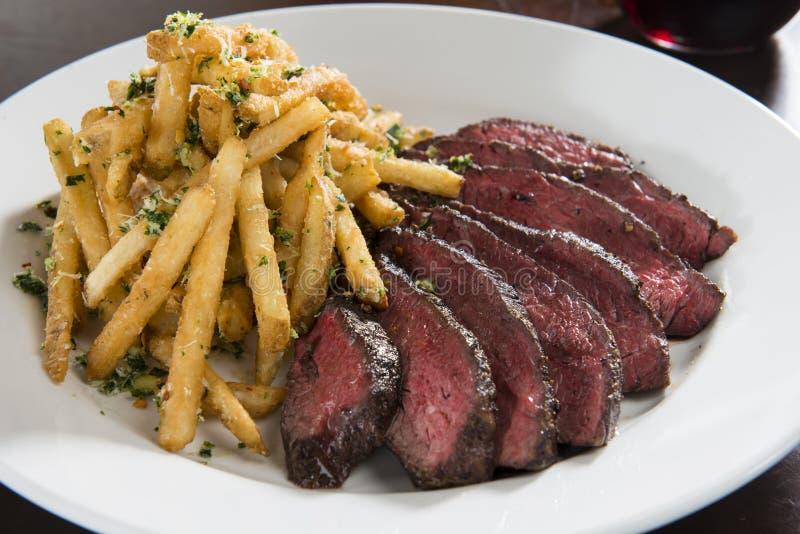 Bife do gancho com batatas fritas imagem de stock royalty free