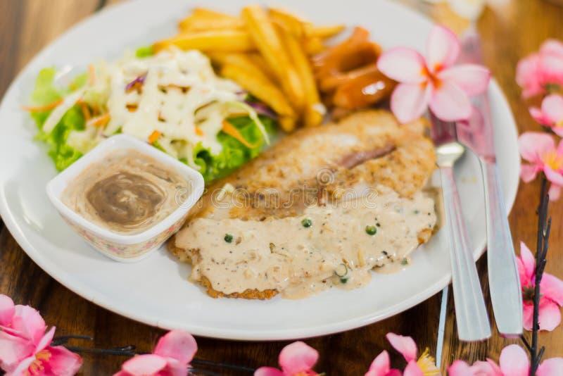 Bife e batatas e salada grelhados na placa fotografia de stock royalty free