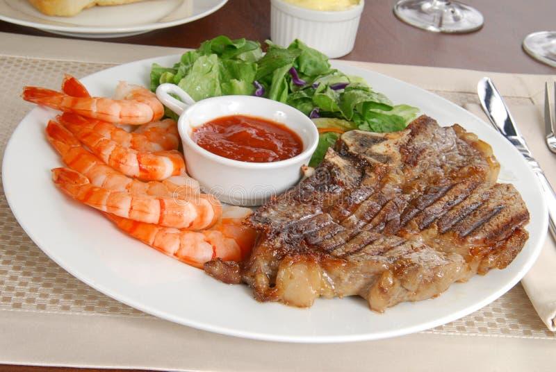 Bife e camarão imagens de stock