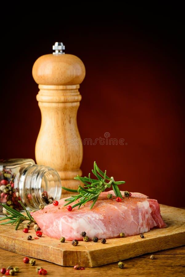 Bife e especiarias imagem de stock