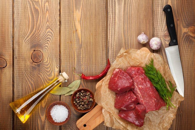 Bife e especiarias crus da faixa foto de stock royalty free