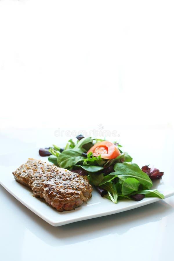 Bife e salada fotografia de stock royalty free