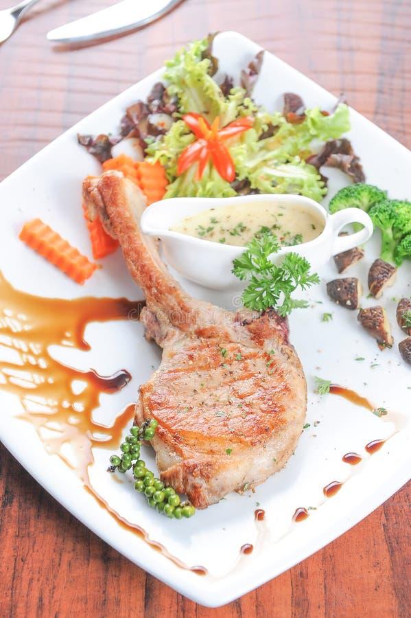 Bife e vegetais grelhados fotografia de stock