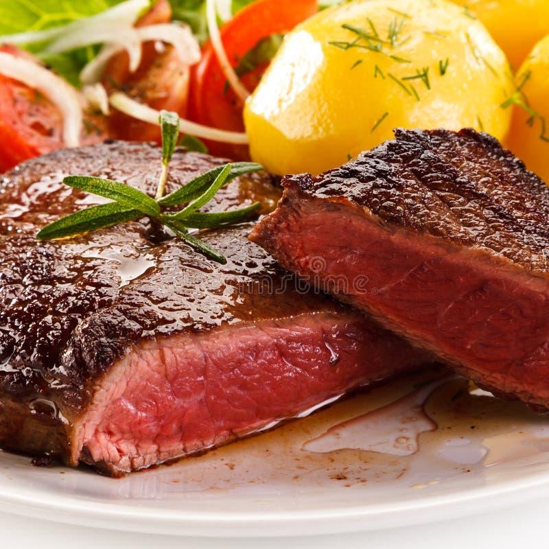 Bife e vegetais grelhados imagens de stock