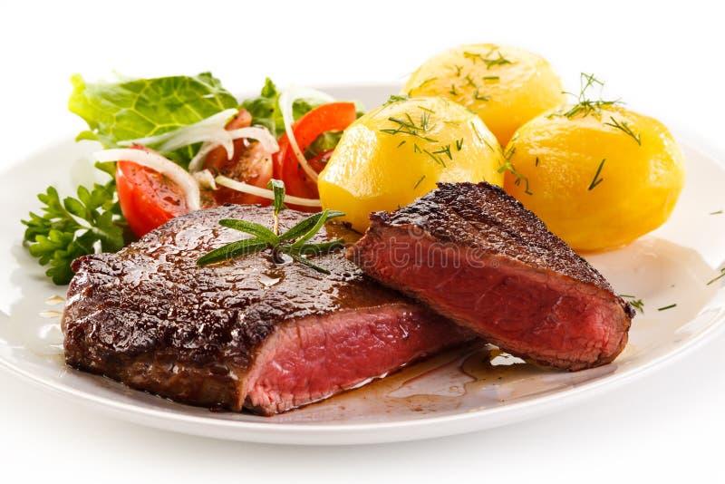 Bife e vegetais grelhados fotografia de stock royalty free