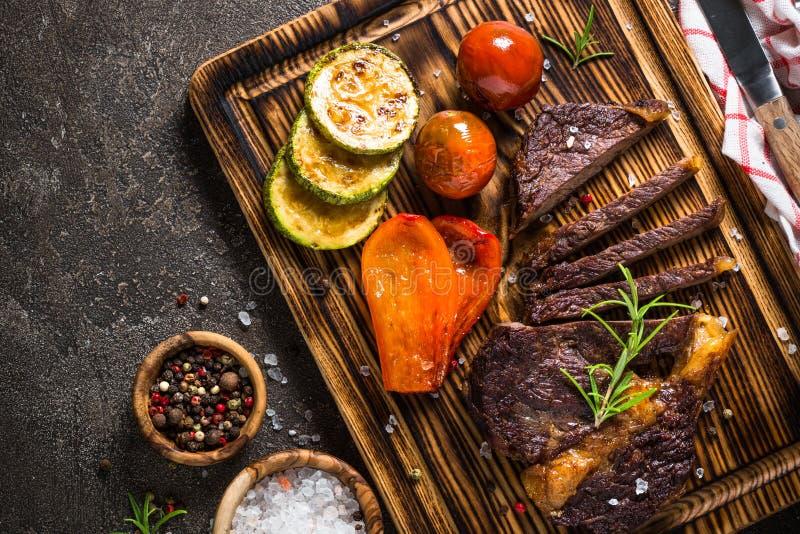 Bife grelhado com opinião superior dos vegetais imagem de stock