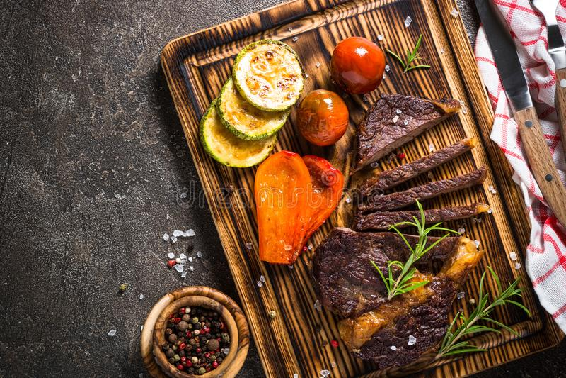 Bife grelhado com opinião superior dos vegetais fotografia de stock
