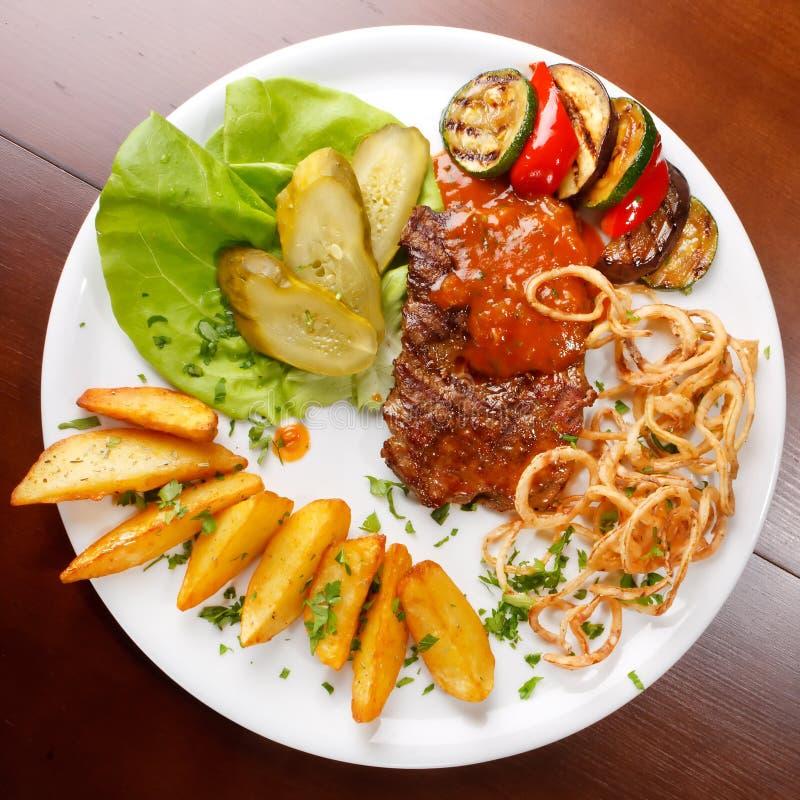 Bife grelhado com vegetais fotografia de stock