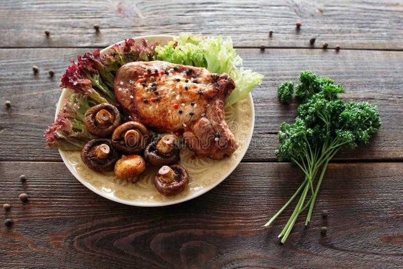 Bife grelhado da carne com alface e cogumelos imagem de stock