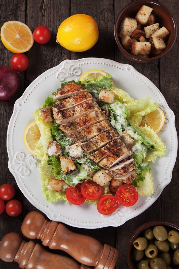 Bife grelhado da galinha com salada de caesar imagem de stock royalty free