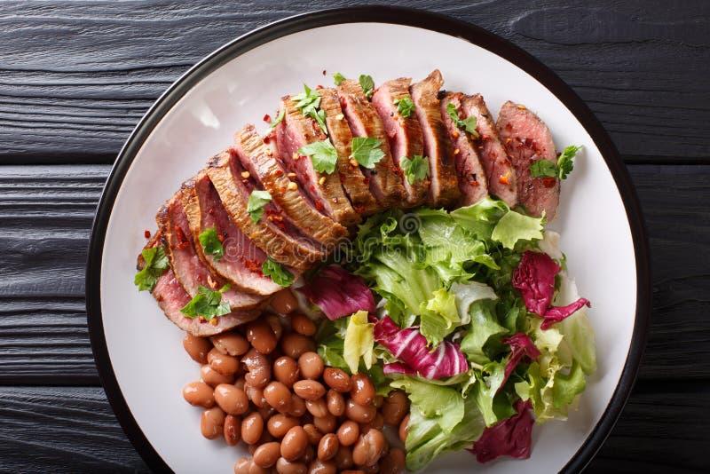 Bife grelhado de Carne Asada com salada e close-up dos feijões horizonte fotos de stock