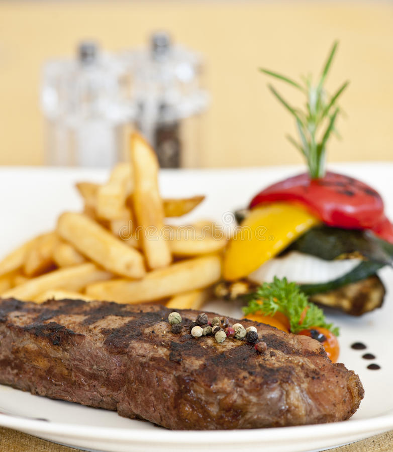 Bife grelhado do Sirloin fotografia de stock royalty free