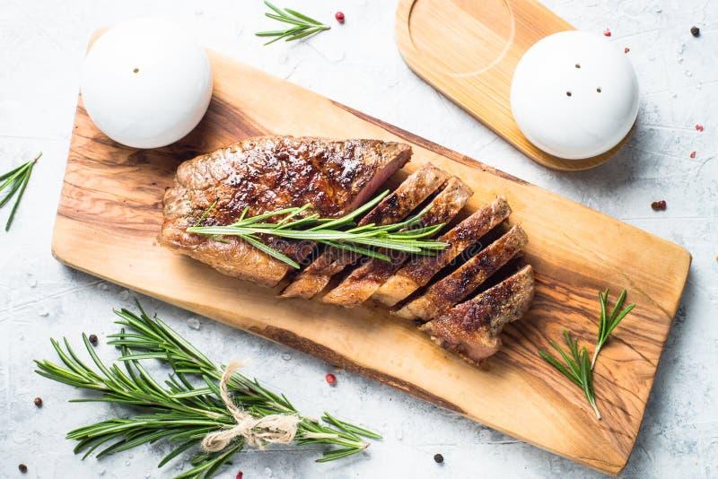 Bife grelhado do striploin da carne com vinho tinto imagens de stock