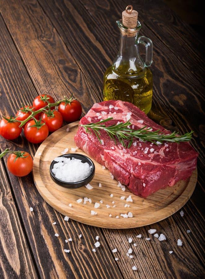 Bife marmoreado cru Ribeye da carne imagem de stock royalty free