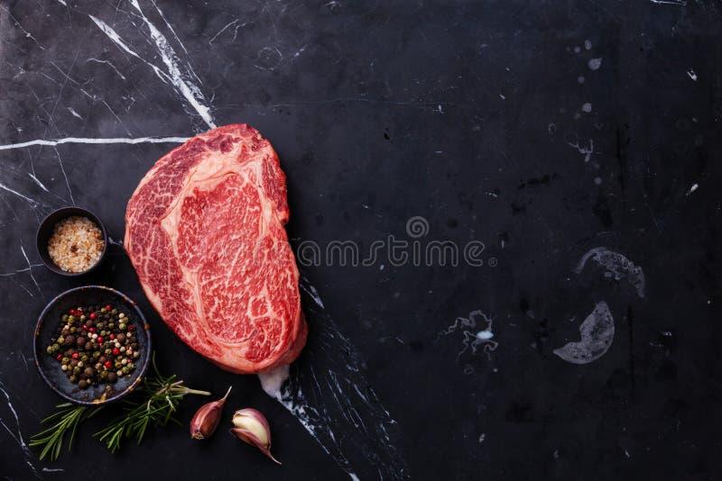 Bife marmoreado fresco cru Ribeye da carne foto de stock royalty free