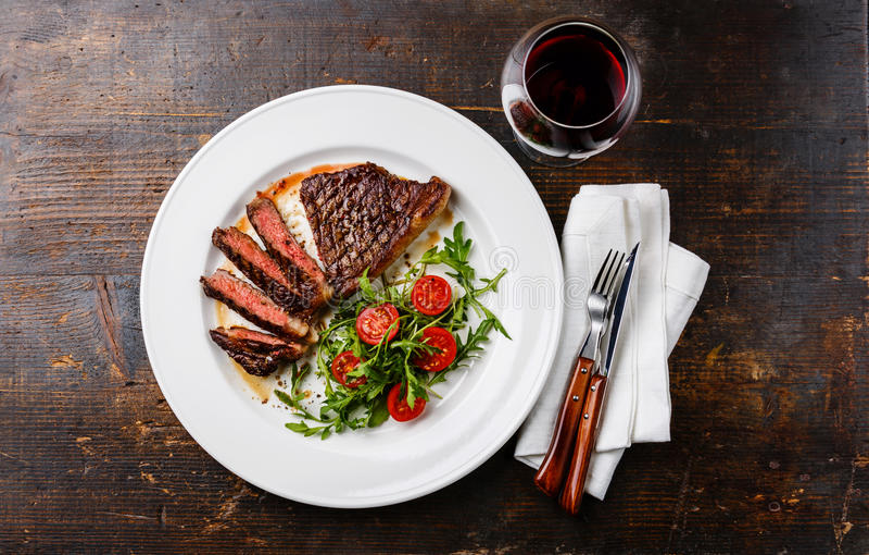 Bife, salada e vinho imagens de stock royalty free