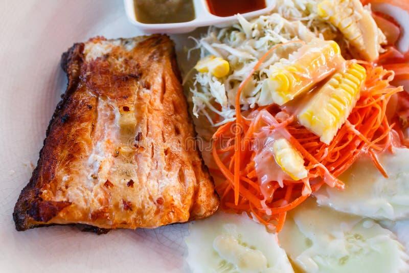 Bife Salmon com a folha fresca da salada fotografia de stock royalty free